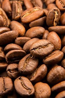 焙煎したコーヒー豆のクローズアップ
