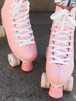 靴ひもでローラースケートのクローズアップ