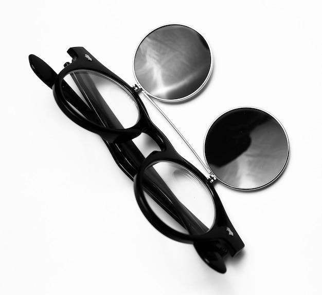 흰색 배경에 고립 된 검은 색의 라운드 선글라스의 클로즈업.
