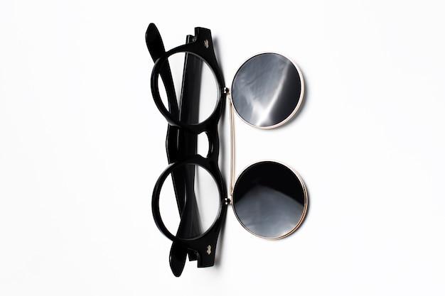 검정 흰색 배경에 고립의 라운드 선글라스의 클로즈업.
