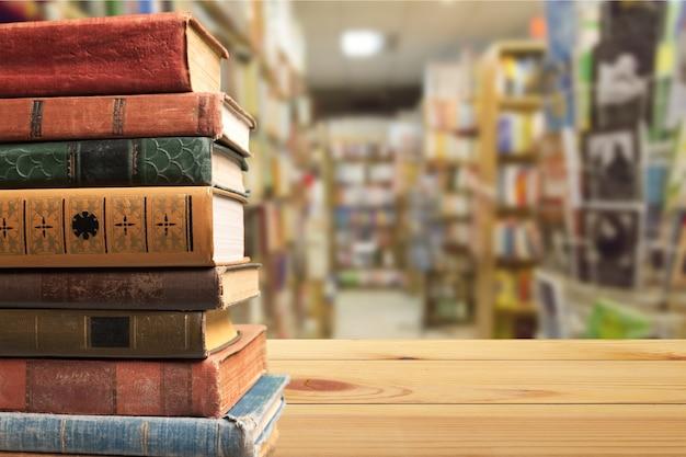 Заделывают рядов старых книг на столе