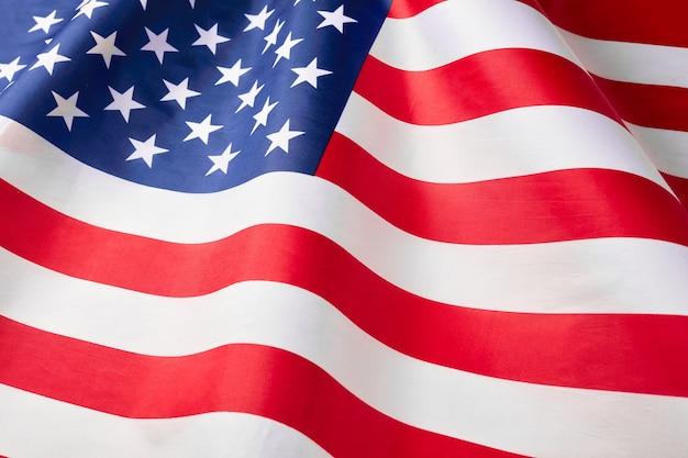 フリルのアメリカ国旗のクローズアップ。アメリカのサテンの質感の湾曲した旗。