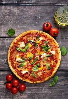 Крупным планом деревенской вегетарианской пиццы с сыром и овощами