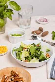 Крупный план салатница с грецкими орехами
