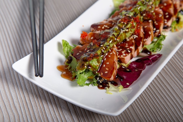 サーモンたたき日本食サーモンフィレのクローズアップ。セレクティブフォーカス