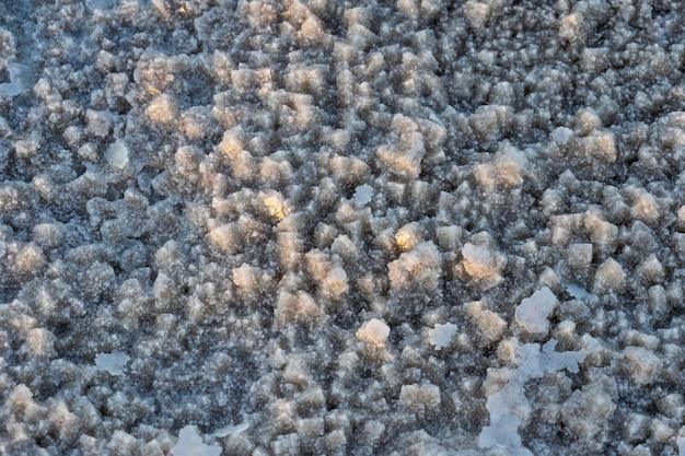 Закройте вверх соли соляных равнин озера asale в депрессии danakil в эфиопии, африке