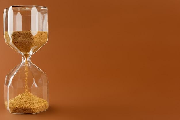 종이에 모래 시계의 클로즈업
