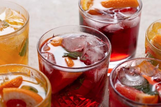 氷と新鮮な果物とグラスでサングリアのクローズアップ