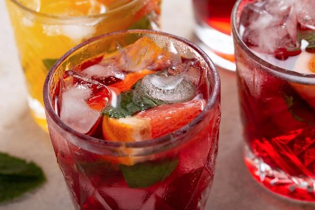 氷と新鮮な果物とグラスでサングリアのクローズアップ Premium写真