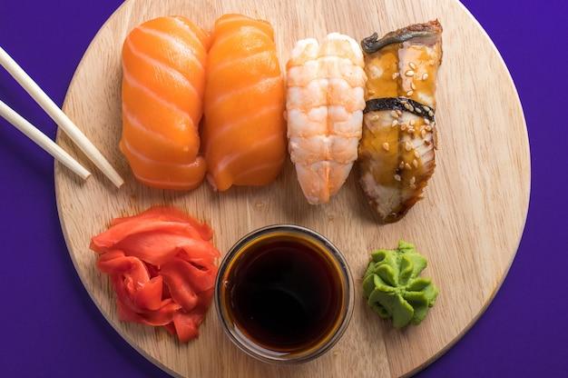木の板に刺身寿司セットのクローズアップ。おいしい日本のシーフード、レストランのコンセプト