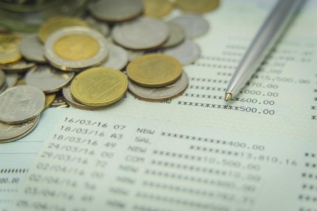 Закройте сберегательный счет с ручкой и монетами