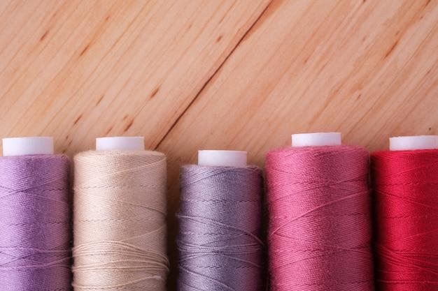 散在するカラフルな綿糸コイルのクローズアップ