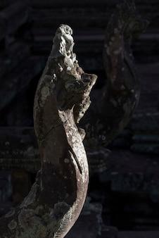 Крупный план скульптуры в индуистском храме в стиле ангкор-ват, бантей-самре, сием-рип, камбоджа
