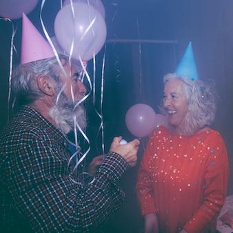 생일 파티에서 즐기는 노인 부부의 근접 촬영
