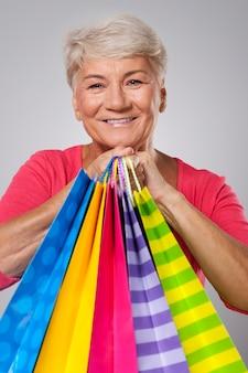 ショッピングバッグと年配の女性のクローズアップ