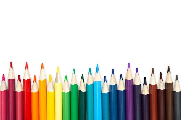 コピースペースと白い背景の上のカラフルな鉛筆のセットのクローズアップ