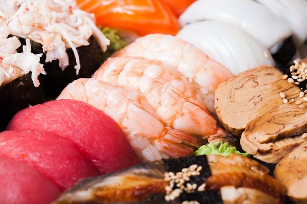さまざまな寿司のセットのクローズアップ