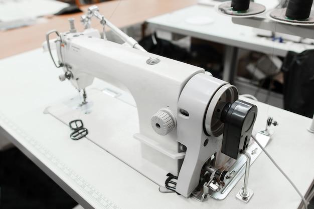 워크숍에서 재봉틀의 클로즈업입니다.