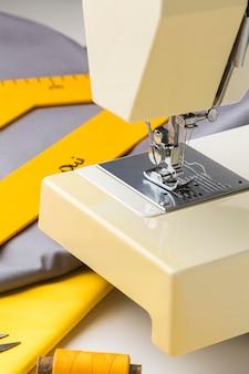 Крупный план швейной машины с тканью и ниткой