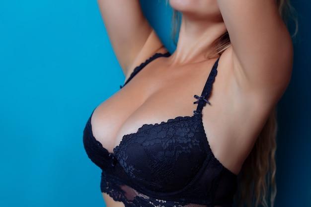 브래지어에 섹시 한 가슴의 클로즈업입니다. 여성의 가슴 또는 란제리의 큰 천연 가슴. 성형 수술.