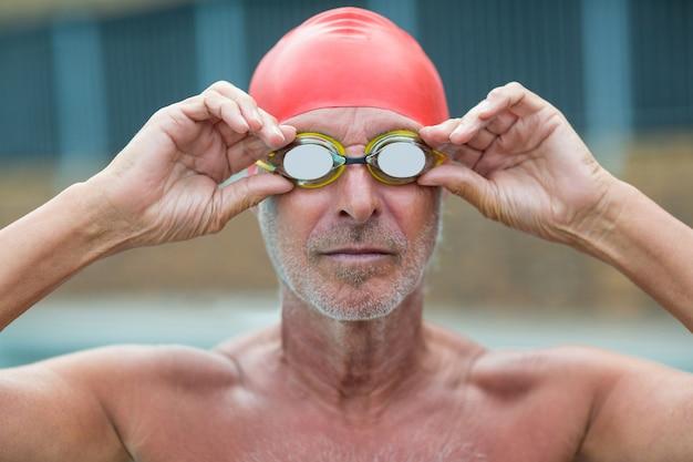 수영 고글을 착용 shirtless 남성 수영의 클로즈업