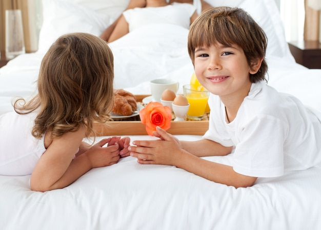 両親に朝食をもたらす兄弟のクローズアップ