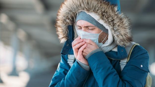風邪を持つ病気の若い男のクローズアップ