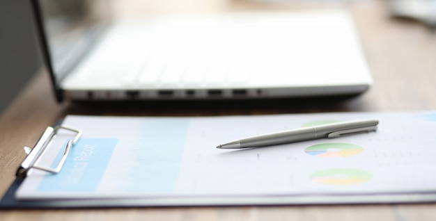 Крупный план значимых диаграмм и графиков, лежащих на столе