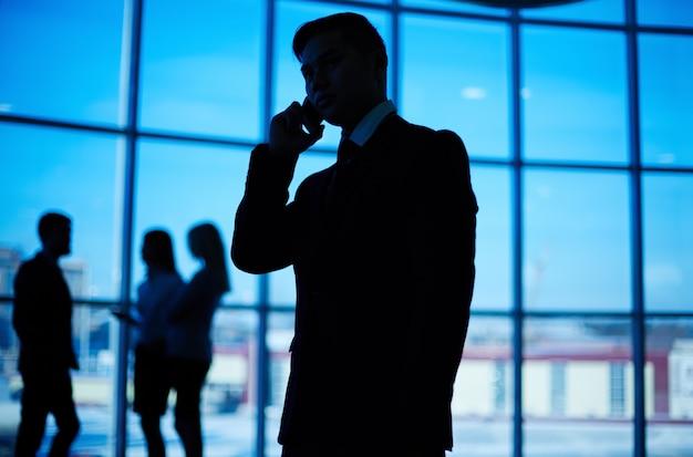 Крупным планом силуэт человека говорить по телефону