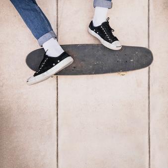 스케이트 보드에 스케이트 보더의 다리의 클로즈업