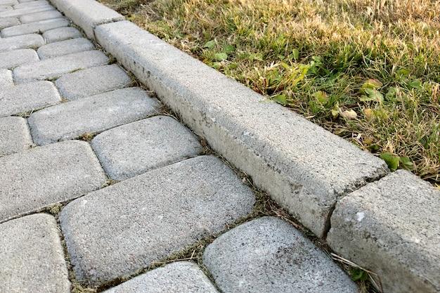 Конец-вверх пути сляба вымощенного камнем на парке или задворк. дорожка пешеходной дорожки в саду двора дома.