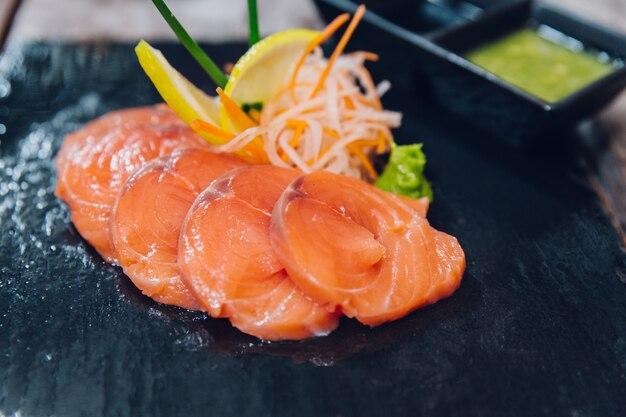 Крупный план лосося с нарезанным сыром служил в качестве закуски. подается с тайским соусом.