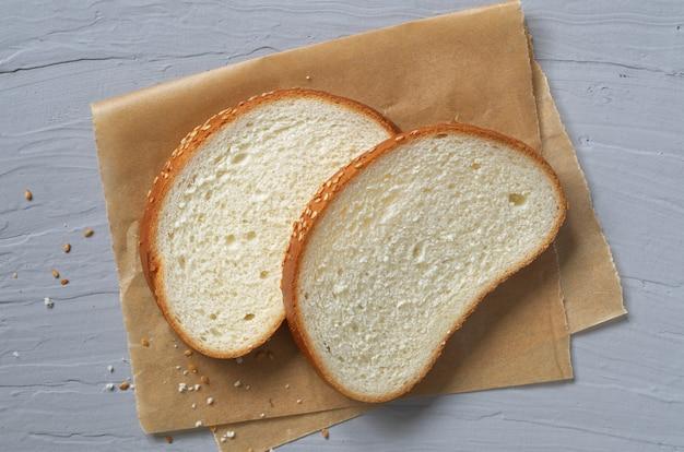 Крупный план ломтиков белого хлеба