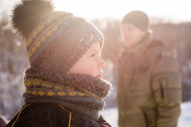 冬の夕日を屋外で小さな男の子のクローズアップ