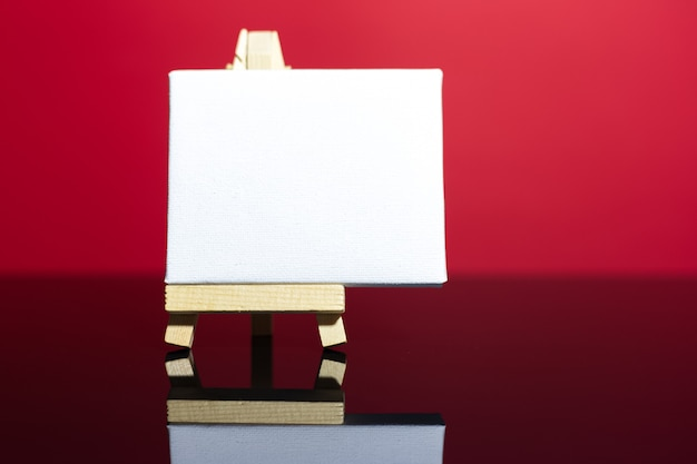 종이에 흰색 모형이있는 작은 이젤의 근접 촬영