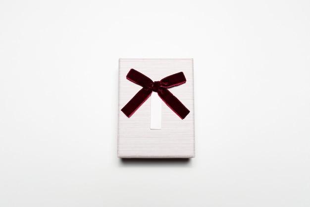 고립 된 활과 작은 선물 상자의 클로즈업입니다.