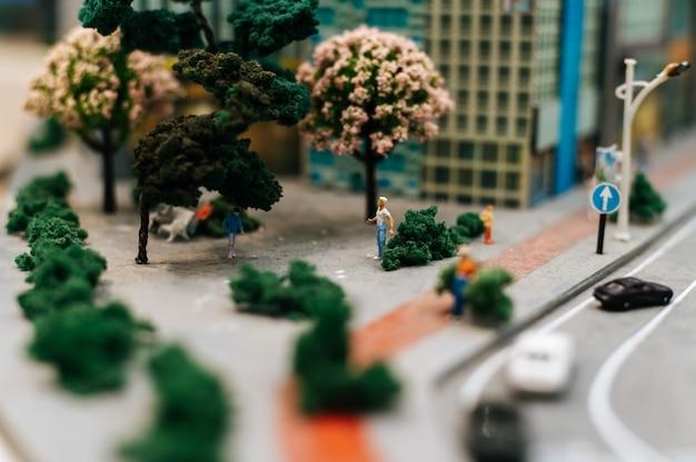 작은 사람들의 닫거나 공원에서 산책하는 모델 사람들.