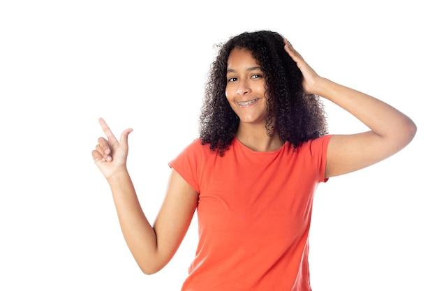 孤立した赤いtシャツを着て笑顔のアフリカ系アメリカ人女性のクローズアップ。