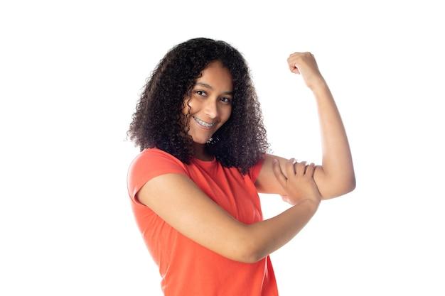 Крупным планом улыбается афро-американских женщина в красной футболке изолированы.