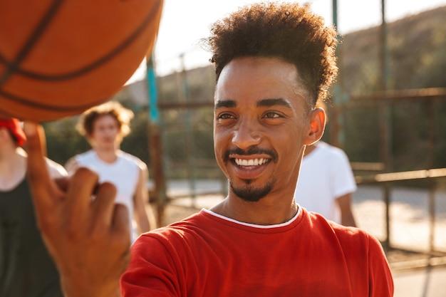 バスケットボールをしている笑顔のアフリカ人のクローズアップ