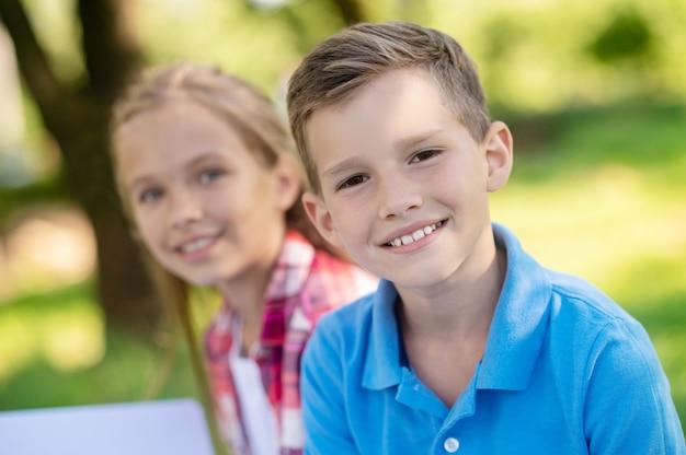 Крупным планом улыбающегося мальчика и подруги Premium Фотографии