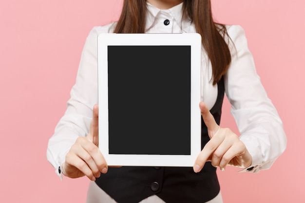파스텔 핑크색 배경에 격리된 빈 화면이 있는 태블릿 pc 컴퓨터를 들고 웃고 있는 비즈니스 여성의 클로즈업. 여사장님. 성취 경력 부 개념입니다. 광고 공간을 복사합니다.