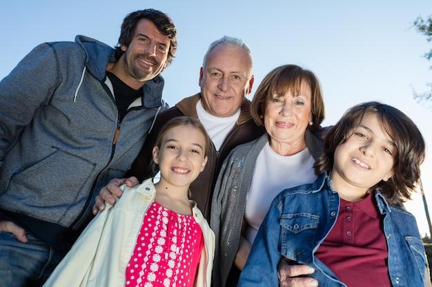 웃는 가족 포즈의 클로즈업