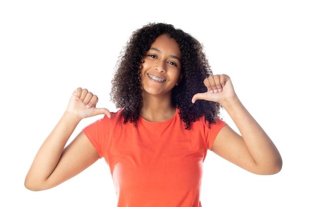 孤立した赤いtシャツを着て笑顔の小さなアフリカ系アメリカ人女性のクローズアップ。