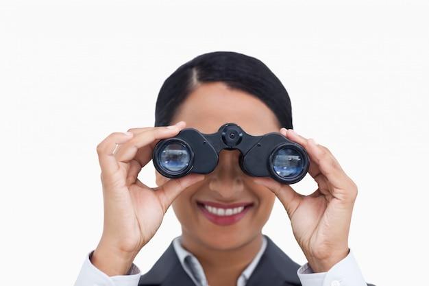 Закройте улыбается продавщица, используя шпионские очки