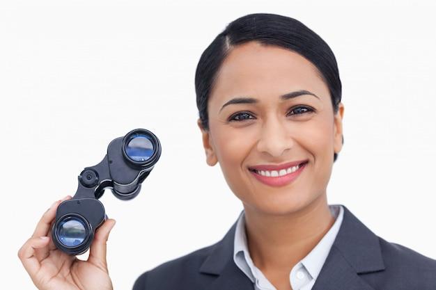 Крупный план улыбается продавщица со шпионскими очками