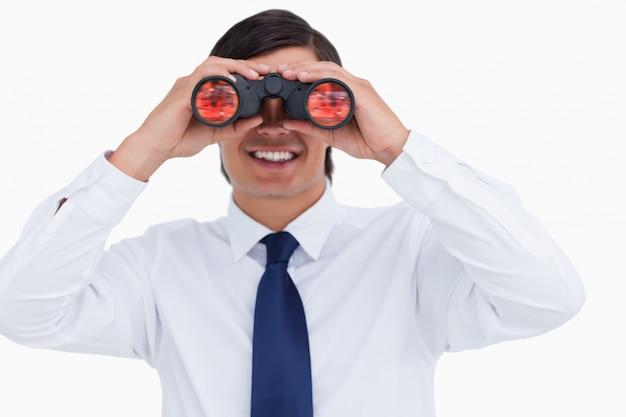 Закройте улыбающегося торговца, глядя через шпионское стекло