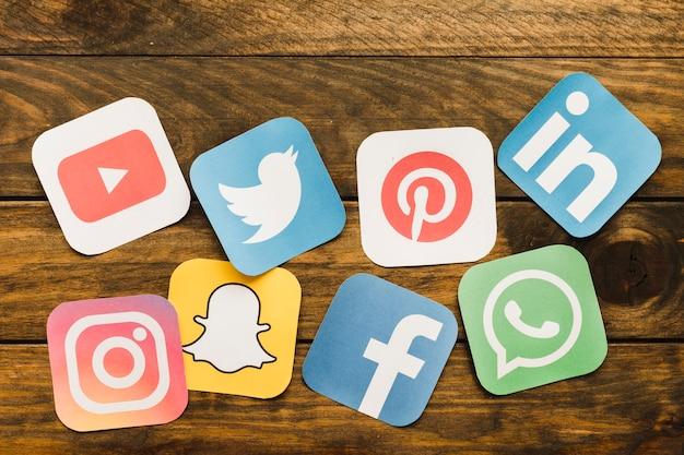 나무 테이블에 소셜 미디어 아이콘의 클로즈업