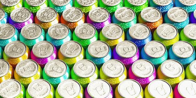 모든 색상의 음료수 캔의 클로즈업