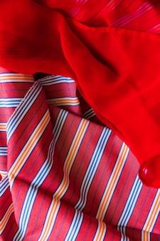 부드러운 붉은 패브릭과 줄무늬 패턴 섬유의 클로즈업